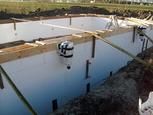 Zwembad gebouwd met isolatieblokken en schuine bodem for Bouw zelf je zwembad